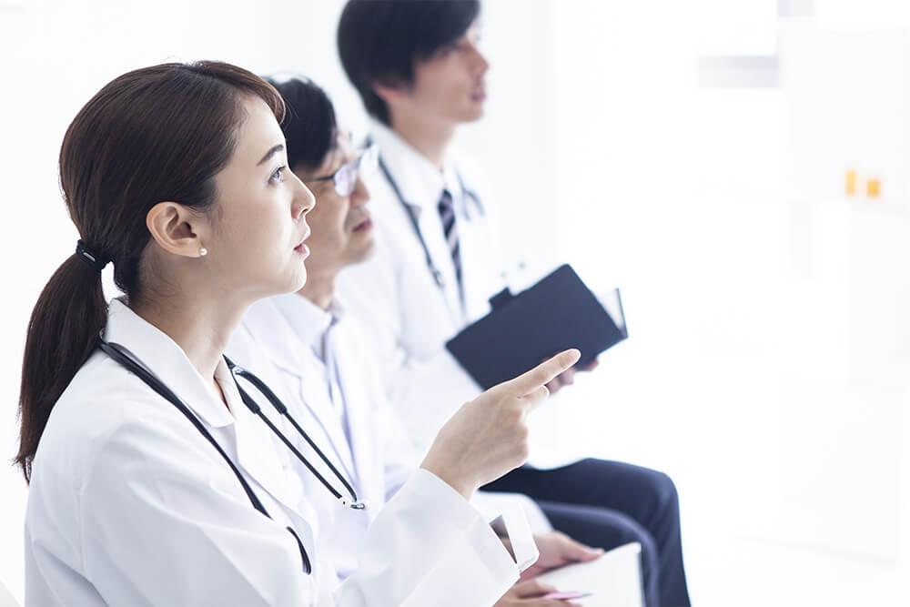 熱心に話を聞く研修医たち