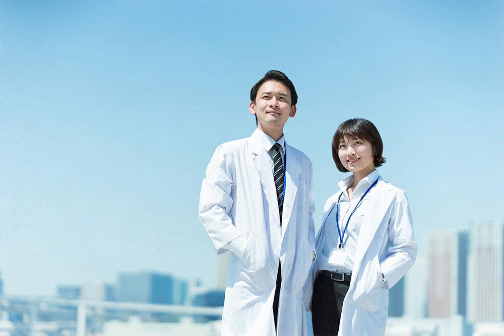 空を見上げる男女のドクター