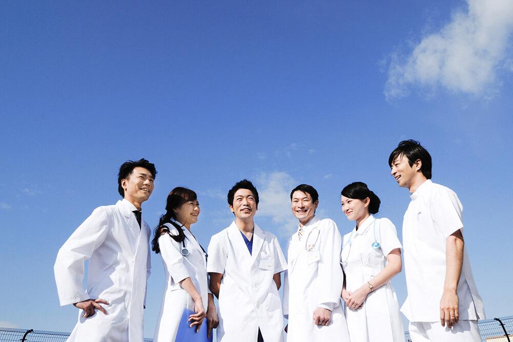 青空の下に集まるドクターたち