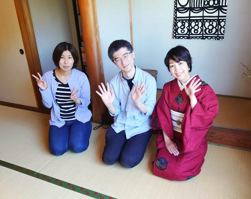 マヤッカの和室で3人仲良くスマイルで